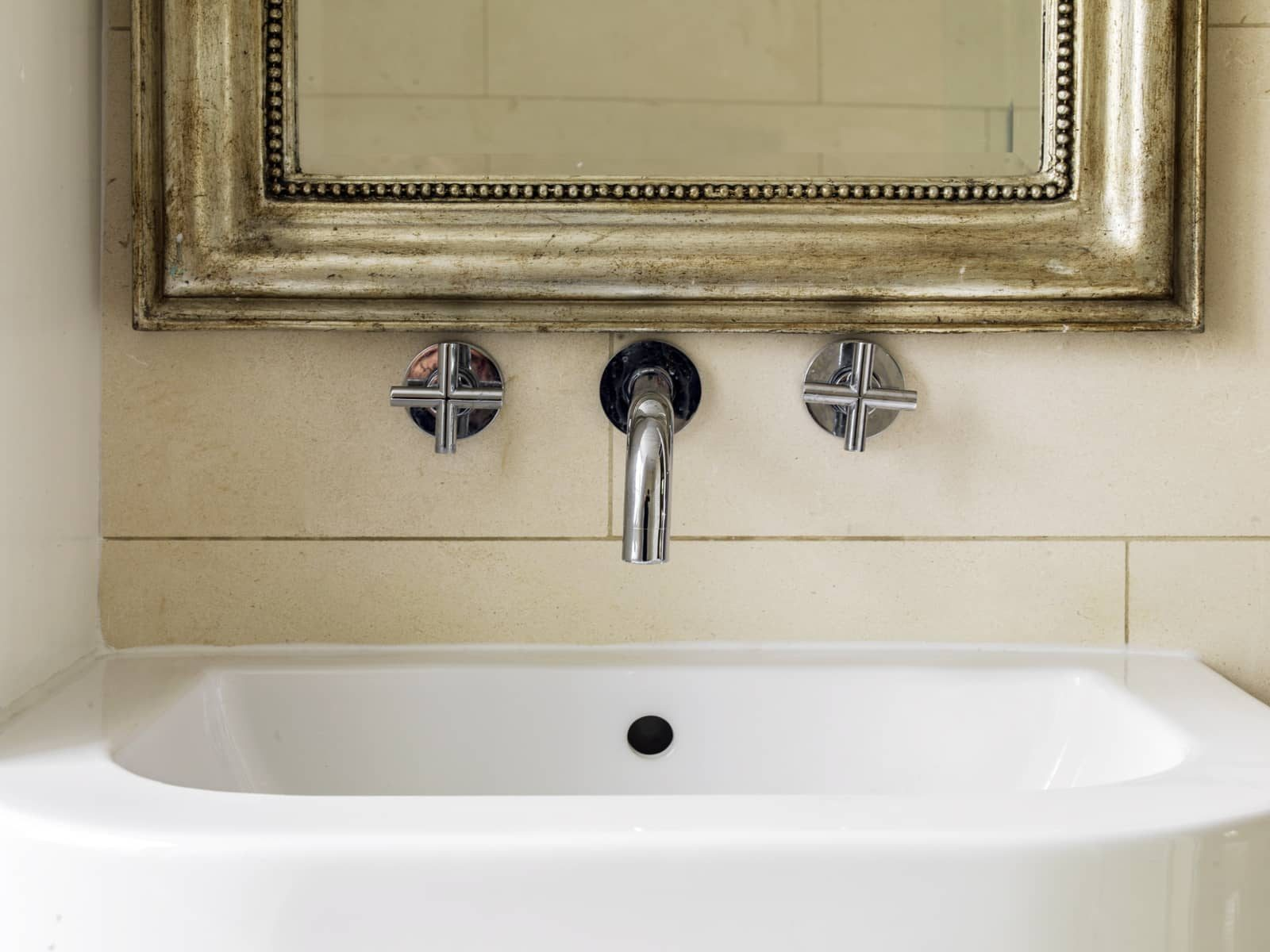Enamel sink with gold mirror